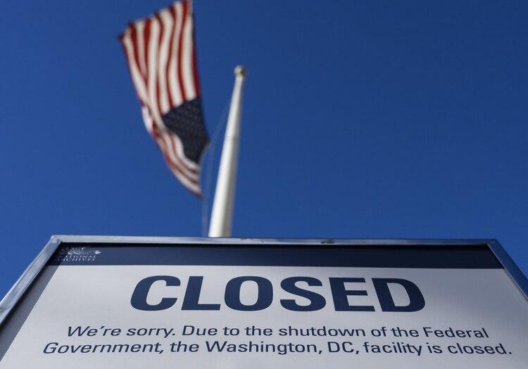 Un anuncio sobre el cierre parcial del gobierno en un edificio federal (AFP)