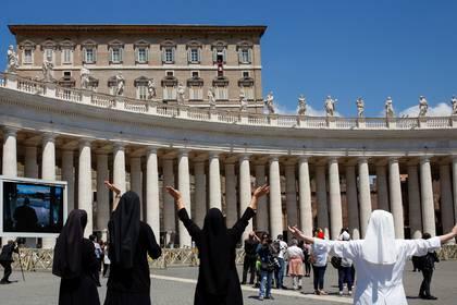Monjas saludan al papa Francisco, quien se asomó a la plaza San Pedro desde el balcón apostólico (Reuters)
