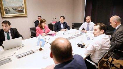El ministro de Economía, Martín Guzmán, junto a su equipo, en teleconferencia con sus pares provinciales