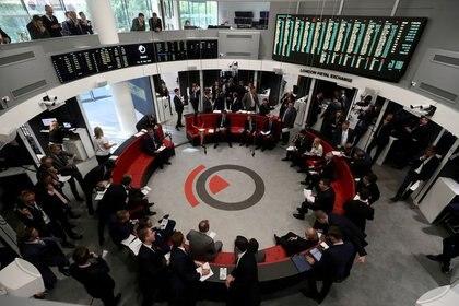 Imagen de archivo de operadores trabajando en la Bolsa de Metales de Londres en Londres, Reino Unido. 27 de septiembre, 2018. REUTERS/Simon Dawson/Archivo