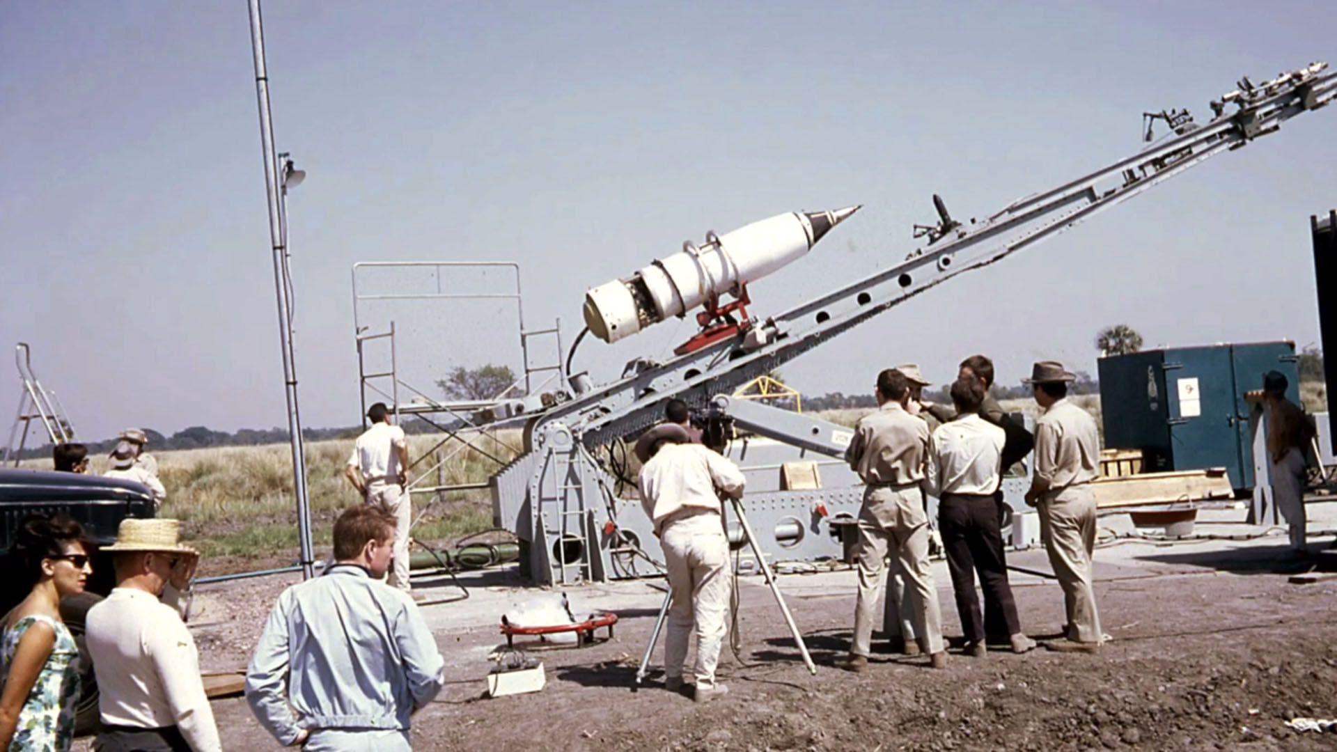 Los técnicos franceses preparan el lanzamiento de dos cohetes Titus para recoger información del sol durante el eclipse total de 1966, en Lapachito, Chaco