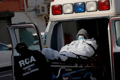 Un paciente es trasladado en ambulancia al Brooklyn Hospital Center (Reuters)
