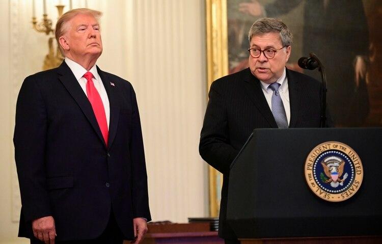 Donald Trump junto a William Barr (REUTERS/Erin Scott/File Photo)