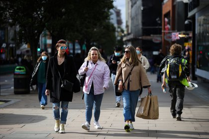 Shoppers walk down Oxford Street, amid the outbreak of the coronavirus disease (COVID-19), in London, Britain, October 14, 2020. REUTERS/Hannah McKay