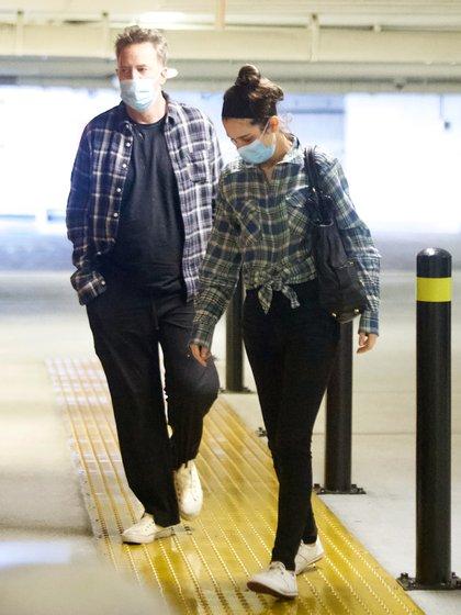 Matthew Perry y su prometida, Molly Hurwitz, intentaron pasar desapercibidos y evitar el contacto con la prensa local. La pareja buscó mantener un bajo perfil. Casualmente, lucieron un look similar: pantalón y camisa a cuadros