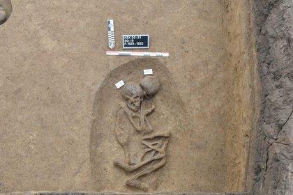 La imagen sin fecha muestra el esqueleto humano en una tumba recientemente desenterrada en el delta del Nilo. Los hallazgos en la provincia de Dakahlia -al norte de El Cairo- podrían arrojar luz sobre dos importantes períodos de transición en el antiguo Egipto (Reuters)