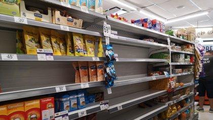 Ante la fuerte demanda que registraron los supermercados durante marzo, se encontraban muchas góndolas semi vacías