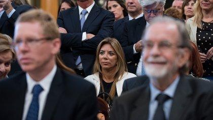 Bettina Bulgheroni atenta al discurso de la vicepresidente, Gabriela Michetti, detrás de Juan Curutchet y Javier González Fraga.