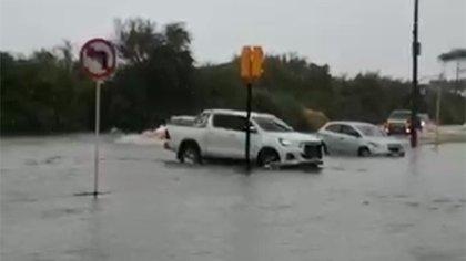 Camionetas en medio de la inundación