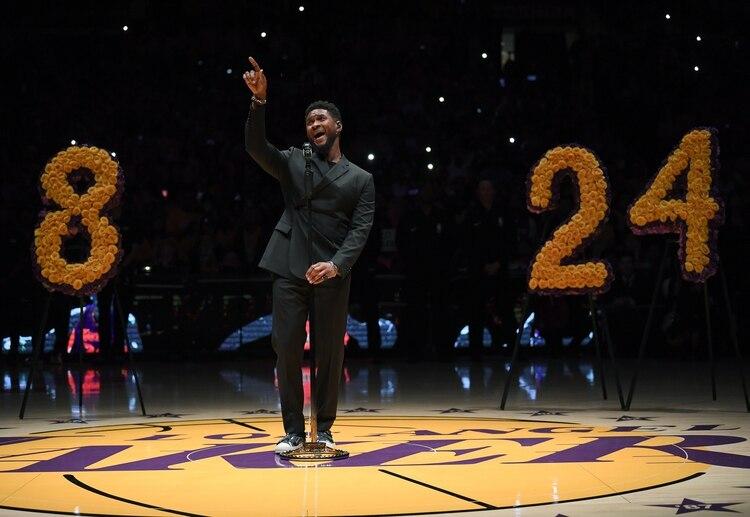 Usher cantó Amazing Grace ante un público conmovido por su voz (AFP)
