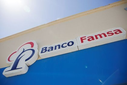 Imagen de archivo del logotipo de Banco Ahorro Famsa, unidad del minorista Grupo Famsa, en una sucursal en Ciudad Juárez, México. 2 de julio de 2020. REUTERS / José Luis González