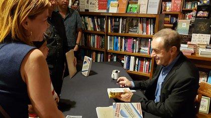 Luego de la presentación, Oppenheimer firmó ejemplares de su libro.