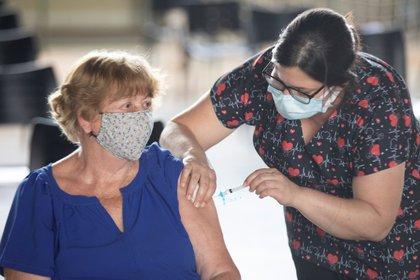 Una mujer recibe la vacuna contra el COVID-19 hoy, en Brasilia (Brasil). EFE/Joédson Alves