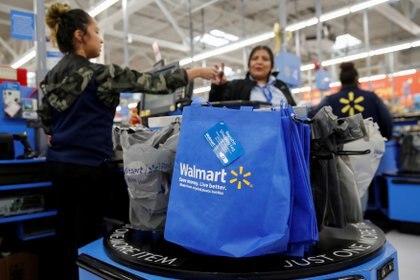 Los empleados en área de cajas deberán utilizar guantes. (Foto: Reuters)