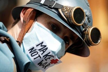 Un trabajador de salud durante una protesta en la fiesta nacional del 14 de julio (REUTERS/Gonzalo Fuentes)