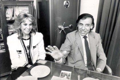 Carlos Menem y Zulema Yoma tuvieron dos hijos: Carlos Saúl Facundo Menem y Zulema María Eva Menem. En esta foto se los ve sonrientes en 1989, en su despacho de gobernador
