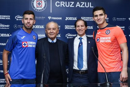 Sebastián Jurado, Pablo Cepellini y Jaime Ordiales junto a Guillermo Álvarez (Twitter @CruzAzulCD)