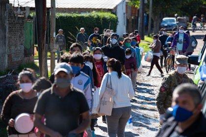 Un grupo de personas de La Matanza haciendo fila para recibir comida