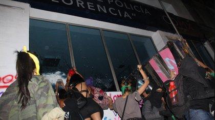 Grupos de hombres y mujeres incendiaron la estación de policía Florencia (Foto: Cuartoscuro)