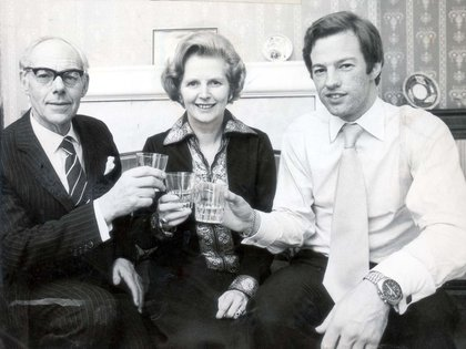 Denis Thatcher celebra la victoria de su esposa, Margaret Thatcher, junto al hijo de ambos, Mark. (Clive Limpkin/Daily Mail/Shutterstock)
