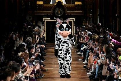 Una persona vestida con un traje de vaca camina con modelos en la pasarela, en la presentación de la colección Otoño/Invierno 2020/21, durante la Semana de la Moda de París en París en el desfile de Stella McCartney (Reuters)