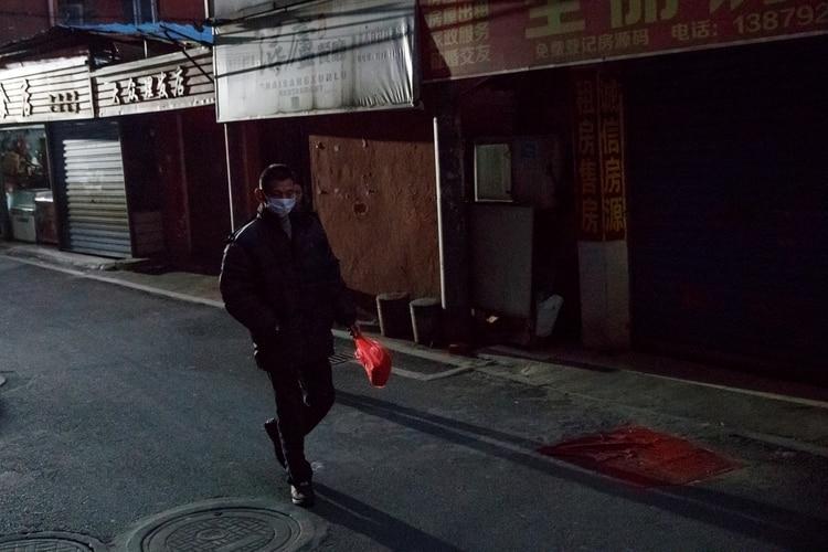 Un hombre usa una máscara por la calle en Jiujiang, China (REUTERS/Thomas Peter)
