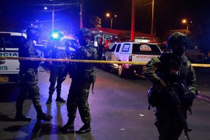Durante el sepelio de los 5 jóvenes en Llano Verde en Cali, fue lanzada una granada a una estación de policía. Cali, Colombia August 13, 2020. REUTERS/Juan Bautista Diaz NO RESALES. NO ARCHIVES