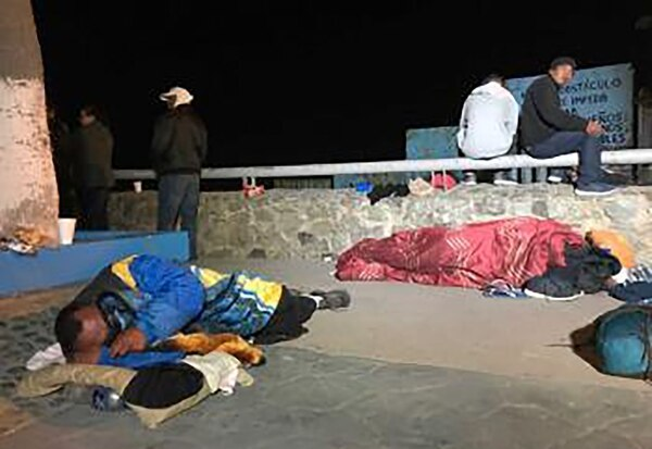 Algunos migrantes han pasado la noche al pie de la playa en Tijuana. (Foto: @fronterainfo)