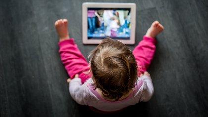 El uso de pantallas a cualquier edad produce un efecto inmediato de detención del movimiento y de desconexión de lo que está ocurriendo alrededor (Shutterstock)