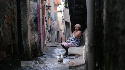 Una residente de la favela Alemão en Río de Janeiro el 22 de marzo de 2020 (Ricardo Moraes/Reuters)