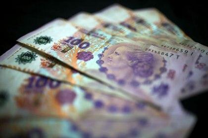 Foto de archivo - Devaluados billetes de 100 pesos de Argentina, distribuídos a modo de ilustración. Sep 3, 2019. REUTERS/Agustin Marcarian/