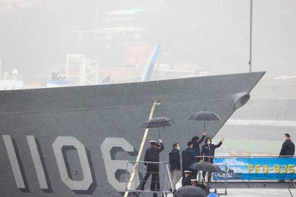 Tsai Ing-wen saluda durante su visita a la fragata Lan Yang (FFG-935) en Keelung (REUTERS/Ann Wang)