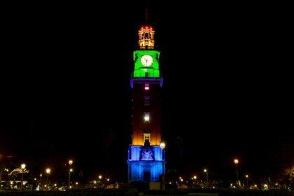 El Ministerio de Espacio Público e Higiene Urbana de la Ciudad de Buenos Aires iluminó, entre otros, la Torre de los Ingleses (Télam)