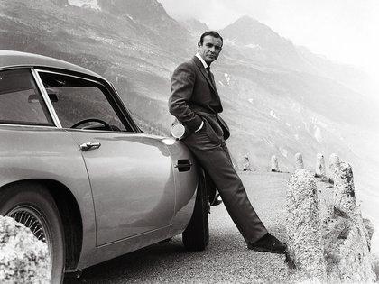 Connery, como Bond, con el clásico Aston Martin