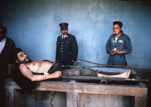 """File pictures taken on October 10, 1967 by AFP journalist Marc Hutten of the body of Argentine-born guerrilla leader Ernesto """"Che"""" Guevara being exposed on a laundry sink in the village of Vallegrande, Bolivia.Guevara was executed upon capture on the eve in La Higuera, 74 km from Vallegrande and taken to Vallegrande to be publicly exposed. / AFP PHOTO / MARC HUTTEN"""