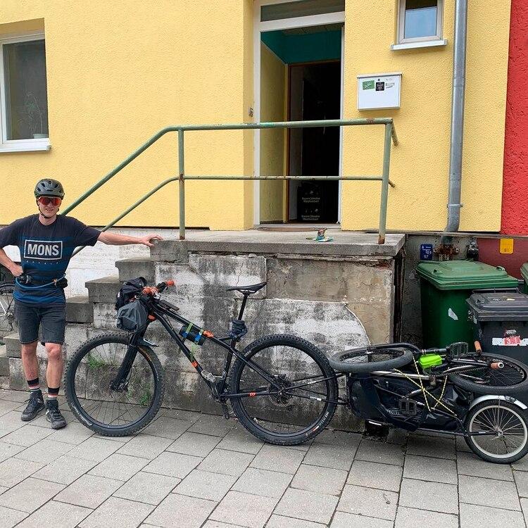 Mike suele hacer estos viajes largos en bicicleta