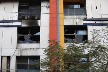 Le finestre danneggiate dell'ospedale Vijay Vallabh sono state viste dopo che sono esplose in fiamme a Ferrar, fuori Mumbai, in India, il 23 aprile 2021. Reuters / Francis Mascarenhas