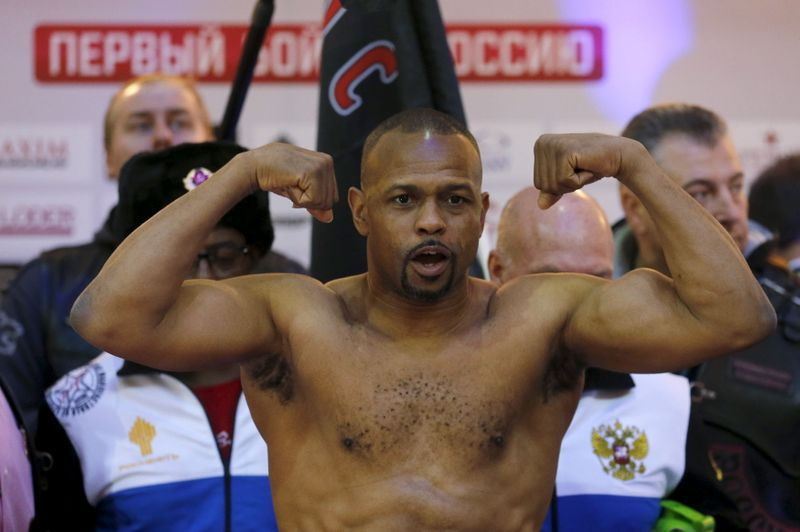 Roy Jones Jr, de 51 años, durante la ceremonia de pesaje previa a la pelea frente a Enzo Maccarinelli, en Moscú, Rusia, en diciembre de 2015 (Reuters)
