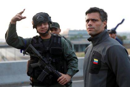 El capitán Sequea, durante el levantamiento del 30 de abril, posa junto a Leopoldo López, líder de Voluntad Popular