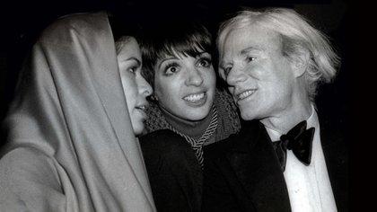 Liza junto a Bianca Jagger y Andy Warhol en el famoso Studio 54 de Nueva York (Adam Scull/Shutterstock)