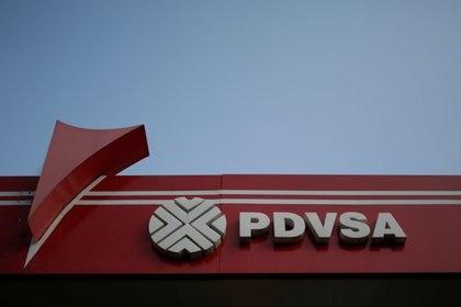 IMAGEN DE ARCHIVO. El logo corporativo de la estatal venezolana PDVSA en una estación de combustibles, en Caracas, Venezuela, Abril 12, 2017. REUTERS/Marco Bello