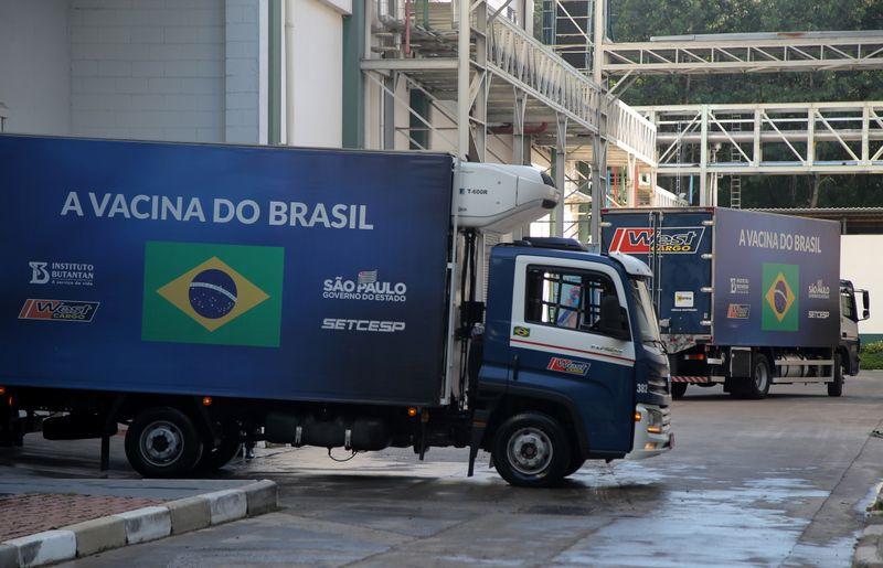 Camiones con dosis de la vacuna CoronaVac, de Sinovac, destinadas al programa de inmunización en Sao Paulo. REUTERS