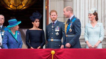 """La Reina con Harry, Meghan, Kate y William, cuando aún eran """"Los fabulosos cuatro"""" (Shutterstock)"""