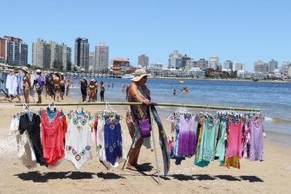 Según los comerciantes, la temporada viene muy baja por el poco consumo del turista argentino (Matías Souto)