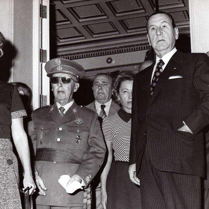 Beatriz Haedo de Llambí observa con preocupación la cara de irritación de Perón en la puerta de La Moncloa, junto a Franco.