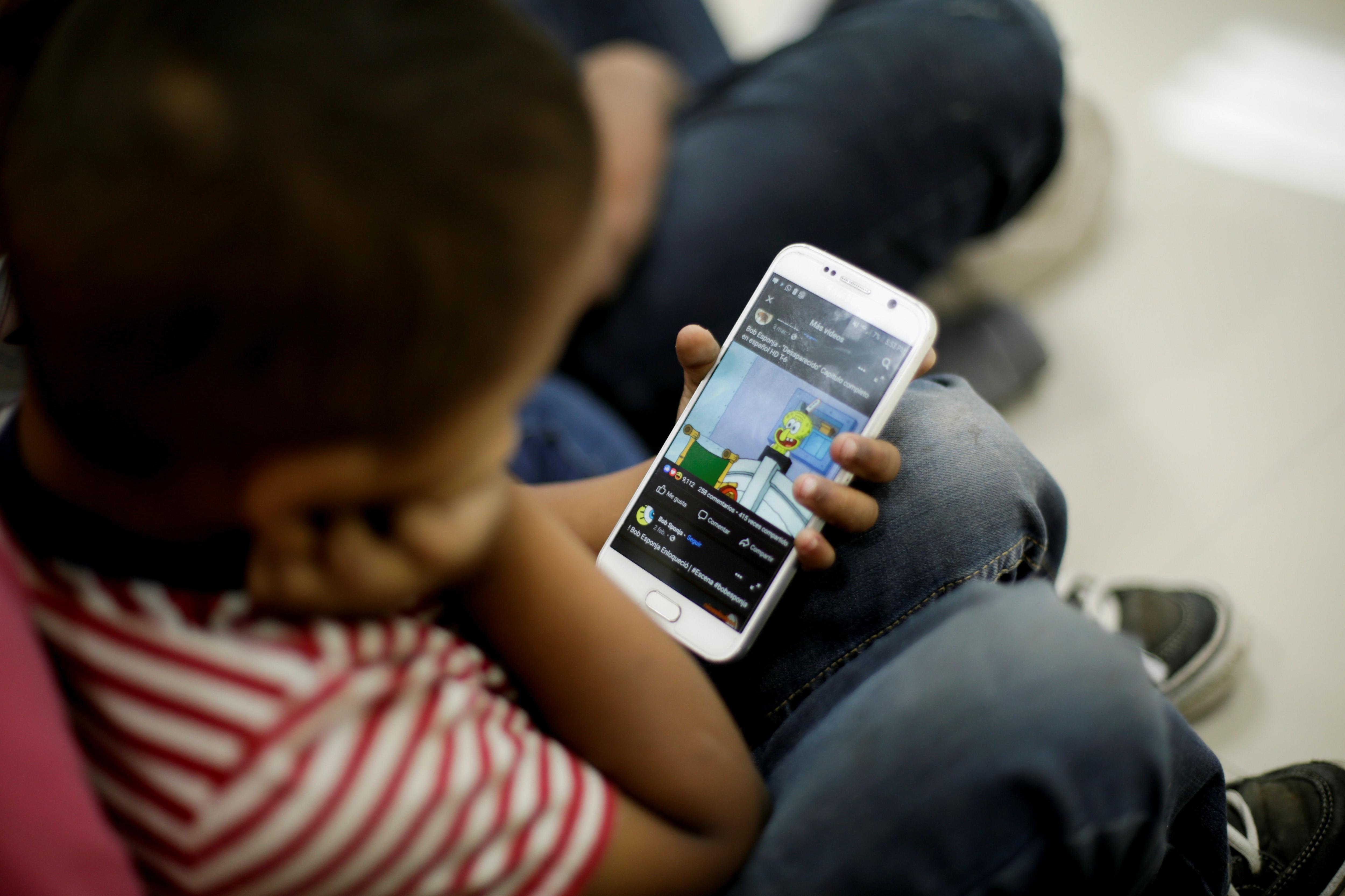 El 85% de los padres están preocupados por el uso de aplicaciones, juegos y plataformas de redes sociales por parte de sus hijos (Reuters)