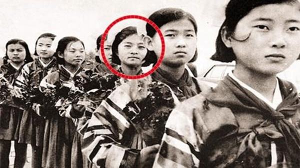 Una foto de Kim Hyun-hui de joven durante un entrenamiento militar e Corea del Norte