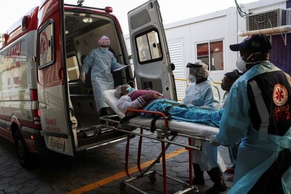 Trabajadores de salud trasladan una paciente contagiada de coronavirus al servicio de emergencias de un hospital de Sao Paulo. FOTO DE ARCHIVO. Julio, 2020. REUTERS/Amanda Perobelli