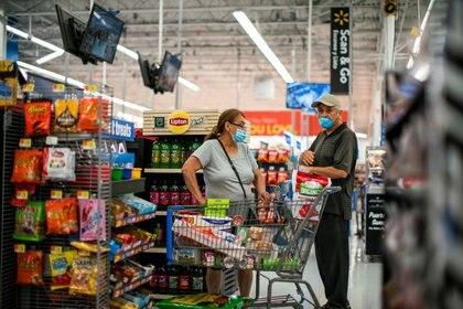 FOTO DE ARCHIVO. Personas compran en una tienda Walmart, en North Brunswick, Nueva Jersey, EEUU. 20 de julio de 2020. REUTERS/Eduardo Muñoz