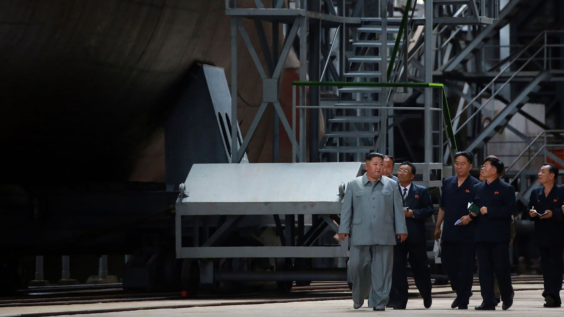 El líder norcoreano recorre el astillero (KCNA VIA KNS / KCNA VIA KNS / AFP)